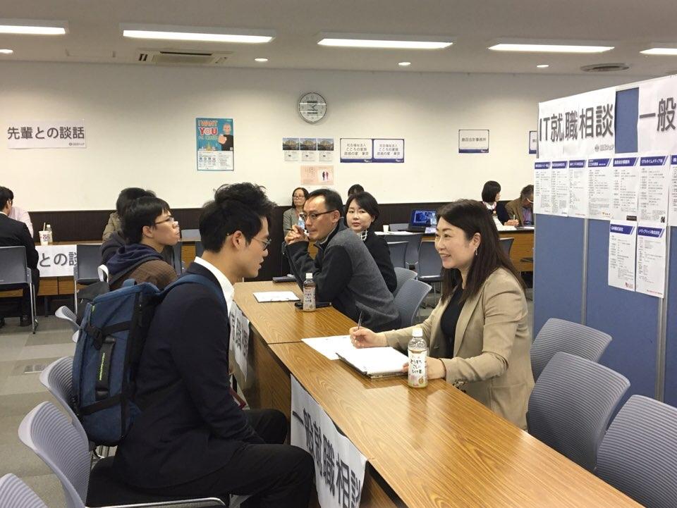 일본 취업박람회에 상담중인 한인 구직자.jpg