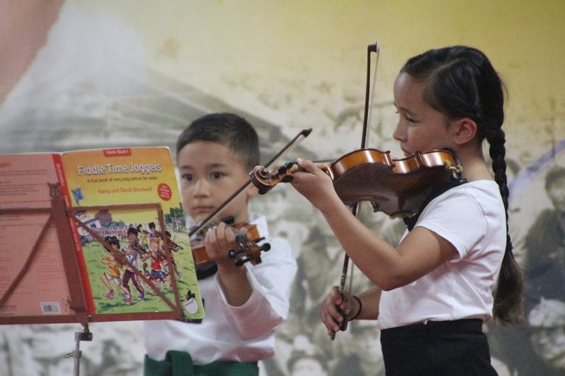 4 바이올린 연주 미나와 베넷.jpg
