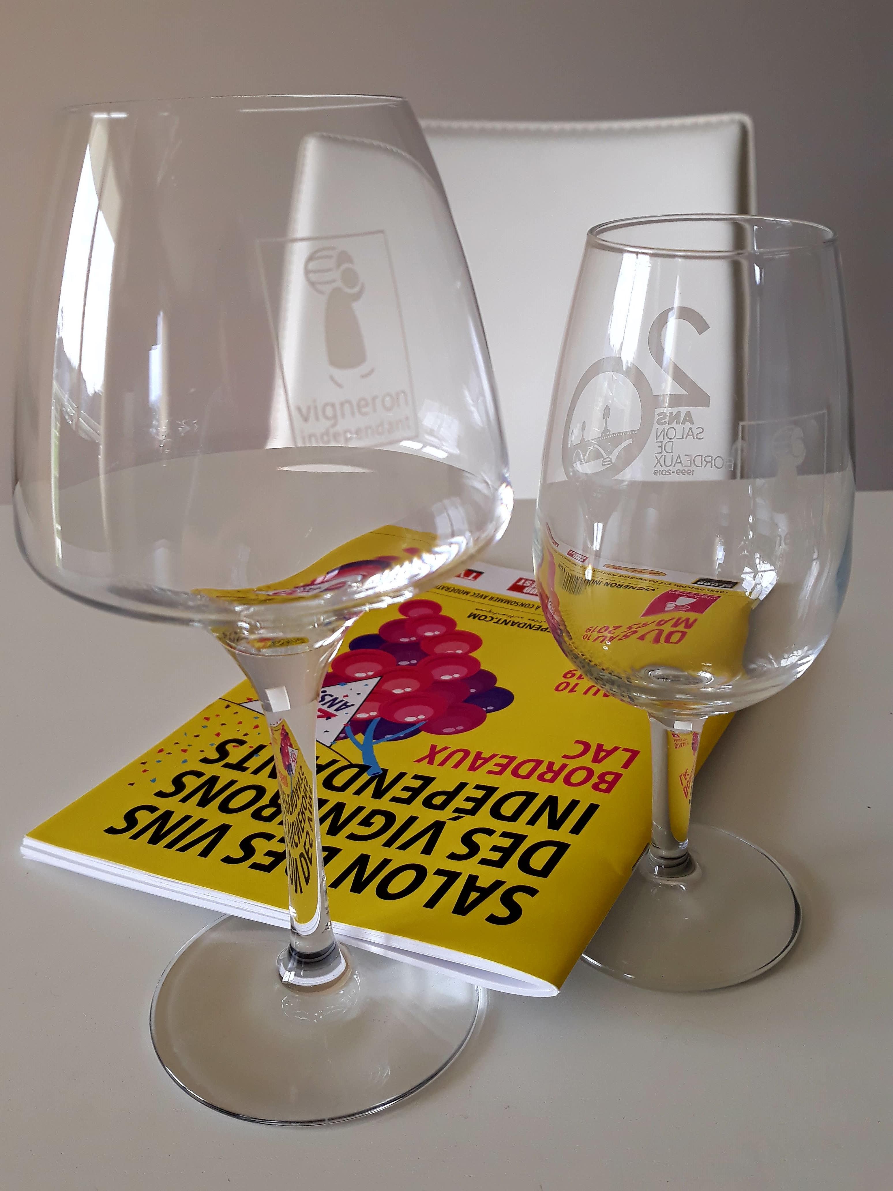 02 와인잔과 안내책자.jpg