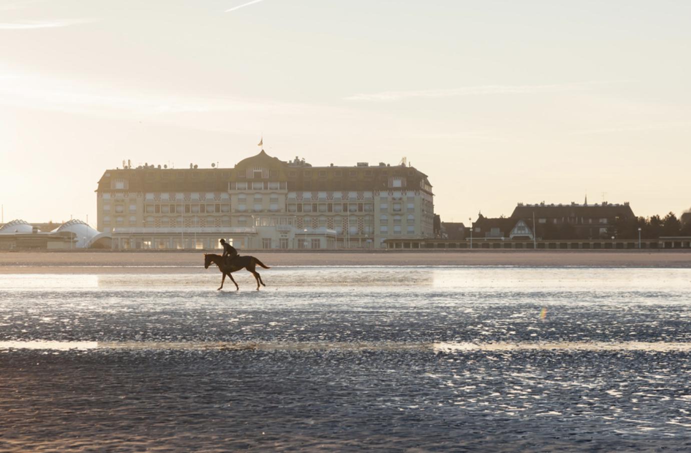 유명한 노르망디 해변의 승마.jpg