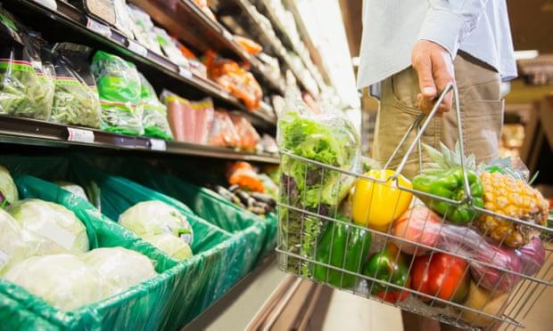 4.영국 물가 상승 저소득층 소비품목에 집중돼 사진.jpg