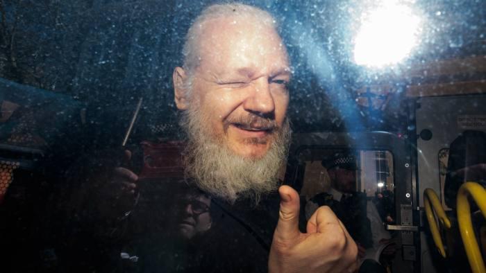 3.3. 어샌지 추방 사진.jpg