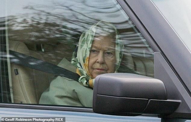 7.7. 고령의 엘리자베스 여왕 92세로 운전면허반납 사진.jpg